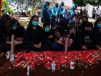 suasana-pemakaman-pramugari-isti-yudha-prastika-korban-kecelakaan-pesawat-sriwijaya-air-sj-182.jpg