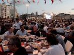 suasana-saat-buka-puasa-di-istanbul-turkipinterest_20170528_154915.jpg