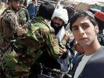 tentara-afghanistan-berpelukan-dengan-taliban.jpg