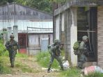 tentara-filipina-menggeledah-rumah-ke-rumah_20170604_084737.jpg