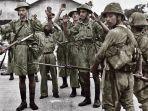 tentara-inggris-yang-menyerah-kepada-jepang-setelah-jatuhnya-singapura.jpg