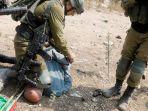 tentara-israel-menindih-leher-khairi-hanoon-seorang-pria-palestina.jpg