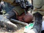 tentara-israel-tindih-leher-aktivis-lansia-palestina.jpg