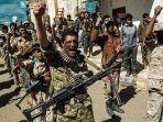 tentara-milisi-houthi-bersorak-dan-meneriakkan-slogan-saat-berkumpul-di-ibu-kota-sanaa_20171208_223333.jpg