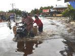 terendam-banjirmendorong-sepeda-motor-di-jalan-ujung-bawang_20170107_092449.jpg