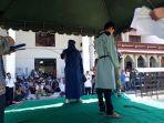 terpidana-cambuk-menjalani-eksekusi-cambuk-di-halaman-masjid-agung-al-falah-sigli.jpg