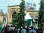 terpidana-zina-dicambuk-di-masjid-agung-islamic-center_20180426_160420.jpg