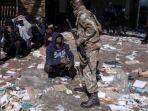 tersangka-penjarah-memohon-kepada-seorang-tentara-pasukan-pertahanan-nasional-afrika-selatan.jpg