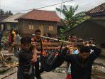 tim-basarnas-lampung-melakukan-evakuasi-korban-tsunami-di-desa-cukung.jpg