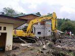 tim-gabungan-membersihkan-material-banjir-di-kampung-lampahan-induk-kecamatan-timang-gajah-2.jpg