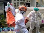 tim-medis-pmi-kota-malang-saat-sedang-mengevakuasi-jenasah-korban.jpg