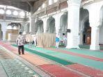 tim-satgas-covid-19-bener-meriah-melakukan-penyemprotan-disinfektan-di-masjid.jpg