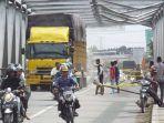 truk-melewati-jembatan_20170121_135803.jpg
