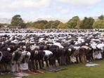 umat-islam-melaksanakan-shalat-jumat-di-hagley-park-depan-masjid-al-noor-di-christchurch.jpg