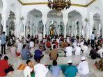 umat-islam-melaksanakan-shalat-jumat-di-masjid-raya-baiturrahman-banda-aceh-kemarin.jpg