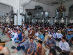 umat-islam-melaksanakan-shalat-jumat-di-masjid-raya-baiturrahman.jpg