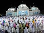 umat-islam-melaksanakan-shalat-tarawih_20150618_094553.jpg