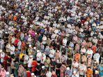 umat-muslim-melaksanakan-shalat-jumat-di-masjid-agung-islamic-center-lhokseumawe-jumat-1742020.jpg