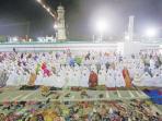 umat-muslim-melaksanakan-shalat-tarawih-malam_20160606_092351.jpg