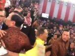 video-detik-detik-luhut-pandjaitan-hampiri-ferdinand-yang-ribut-pasca-debat-saat-akan-protes-ke-kpu.jpg