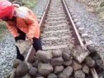 video-di-atas-rel-kereta-api-nampak-adanya-bebatuan.jpg