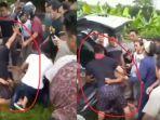 viral-aksi-seorang-polisi-bersimpuh-ke-warga-cegah-2-penjambret-diamuk-massa.jpg