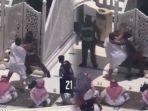 viral-video-khatib-jumat-hendak-diserang-pria-berpakaian-baju-irham-yang-bawa-tongkat-kayu.jpg