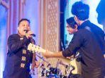 vokalis-grup-band-tangke-subur-dani-tampil-pada-panggung-hiburan-pekan-kebudayaan-aceh-pka-ke-7_20180811_150840.jpg