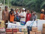 wakil-bupati-aceh-utara-menyerahkan-bantuan-masa-panik-kepada-korban-banjir-di-matangkuli.jpg