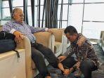 wakil-gubernur-sumut-musa-rajeckshah-saat-membantu-ayahnya-memasangkan-sepatu.jpg