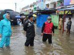 wali-kota-banda-aceh-aminullah-usman-meninjau-banjir-di-jalan-sta-johansyah-gampong-neusu-aceh.jpg