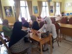wali-murid-mendaftarkan-anaknya-ke-sekolah_20180414_192512.jpg