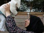 wanita-muslim-inggris-gendong-bayi.jpg