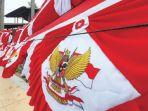 warga-asal-bandung-umen-menjual-bendera-mer.jpg