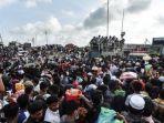 warga-bangladesh-padati-terminal-feri-untuk-meninggalkan-dhaka.jpg
