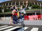 warga-berpose-di-depan-stadion-pembukaan-olimpiade-tokyo.jpg