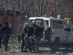 warga-beserta-polisi-menaikkan-korban-ledakan-bom-bunuh-diri-di-kabul-afghanistan_20180127_195205.jpg