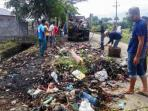 warga-desa-santan-kecamatan-ingin-jaya-aceh-besar-membersihkan-tumpukan-sampah_20161113_113743.jpg