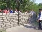 warga-desa-senggreng-kecamatan-sumberpucung-blokade-jalan-dengan-mengecor-batako.jpg