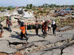 warga-dibantu-petugas-mencari-korban-gempa-bumi-palu-di-perumnas-balaroa-palu-sulawesi-tengah_20181002_234245.jpg