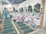 warga-kemukiman-lhoknga-aceh-besar-melakukan-doa_20170808_111926.jpg