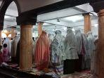 warga-melaksanakan-shalat-tarawih-secara-berjamaah-di-masjid-kuta-padang-johan-pahlawan.jpg