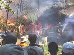 warga-melihat-api-yang-membakar-sembilan-rumah.jpg