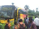 warga-melihat-bus-sempati-star-bl-7453-aa-yang-mengalami-kecelakaan-tunggal_20171028_105932.jpg