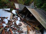 warga-melihat-kondisi-rumahnya-yang-rubuh-akibat-gempa-di-desa-kali-uling-lumajang-jawa-timur.jpg