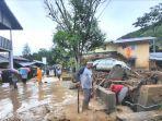 warga-melihat-rumahnya-yang-rusak-akibat-terjangan-banjir-di-kawasan-banjir.jpg