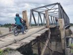 warga-melintas-jembatan-darurat_20180628_090449.jpg