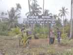 warga-memasang-penanda-kuburan-masal-korban-tsunami-di-pulau-baguk_20171227_091755.jpg