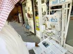 warga-membaca-surat-kabar-di-manama-bahrain.jpg