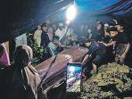 warga-membantu-pemakaman-jenazah-muhammad-basri-saat.jpg